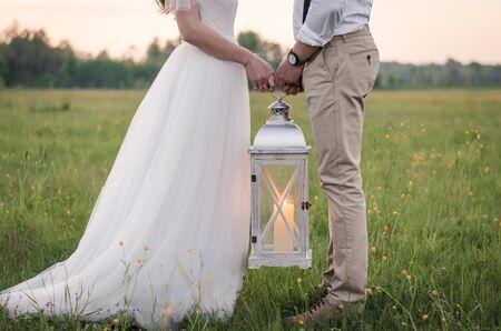 Coppie che si tengono per mano sulla lanterna
