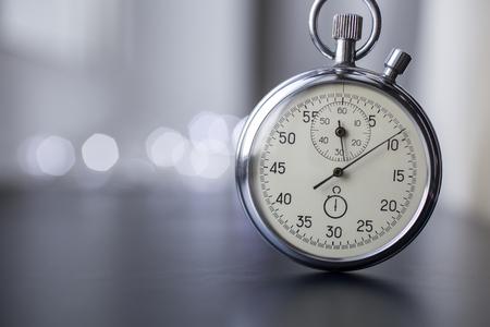 cronógrafo: Reloj sobre un fondo borroso Foto de archivo