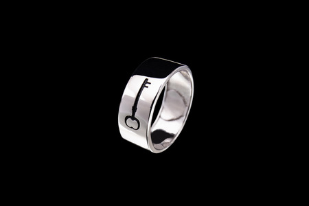 Ring with a pattern on a black background Imagens