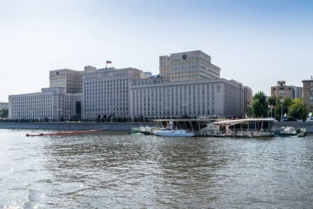 aéroglisseur: MOSCOW, RUSSIA - AUGUST 21, 2017: Building of the Ministry of Defense of Russia on Frunzenskaya embankment and floatinf helipad nearby in Moscow, Russia
