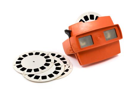 Rode retro stereoscope die met spoelen op witte achtergrond wordt geïsoleerd