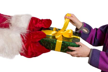 uitpakken: Sprookje geschenk. Handen van Santa passeren van de decoratief verpakt geschenk in de handen van kinderen. Child ongeduldig probeert om de doos uit te pakken