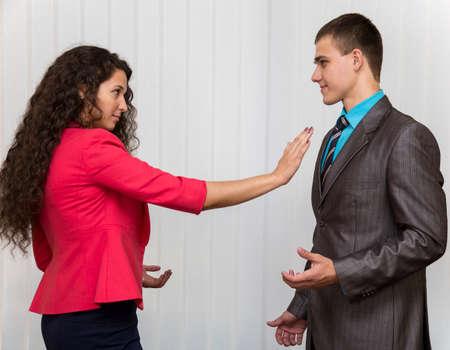 Stoppen met seksuele intimidatie Een conflict tussen mannelijke en vrouwelijke werknemers ondernemen Stockfoto