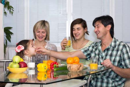 multinacional: La familia feliz familia Multinacional de comer comida vegetariana