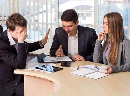 gerente: Aburrido del Grupo Administrador de gente de negocios en la reuni�n. Participante masculino rechaza la oferta y hace que el cierre de la cara con la mano