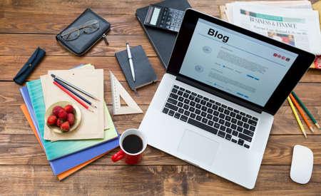 Hechos a mano de estilo campo de artículos de escritorio de madera en el trastorno portátil página de internet de equipo creativo de color de la pantalla de fresa lápices folletos placa