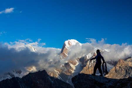 Kletterausrüstung Clipart : Illustration von einem mann im stehen triumphierend