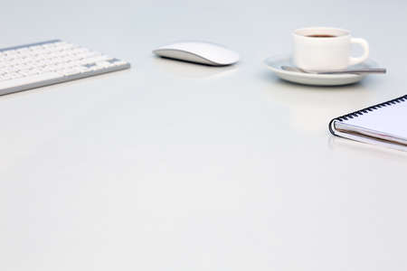 밝은 열린 공간 Office 커피 잔 여는 흰색 테이블 빈 메모장 및 컴퓨터 키보드 마우스 반사 및 복사 공간 측면보기 스톡 콘텐츠 - 58849569