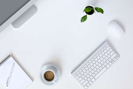 planta de cafe: Top Vista del lugar de trabajo moderno de la tecnología en la Oficina de escritorio blanco con la taza grande de escritorio del ordenador teclado y el ratón verde de la flor de la pluma y el Bloc de notas