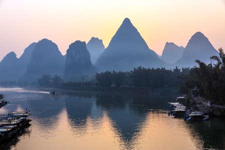 카르스트 산맥과 강 일출 중국의 계림시에서 볼 여객선