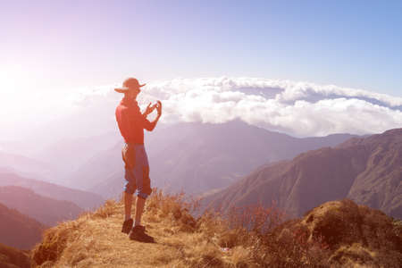 Persona presa la foto Montagna cielo soleggiato su Camera Phone Archivio Fotografico