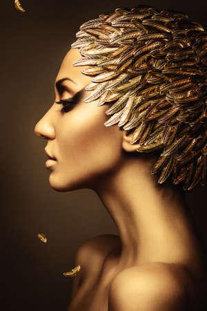 hermosa mujer con sombrero de plumas de oro