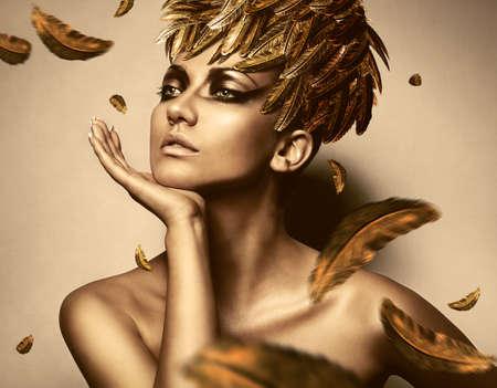 ゴールド羽の帽子のセクシーな女性