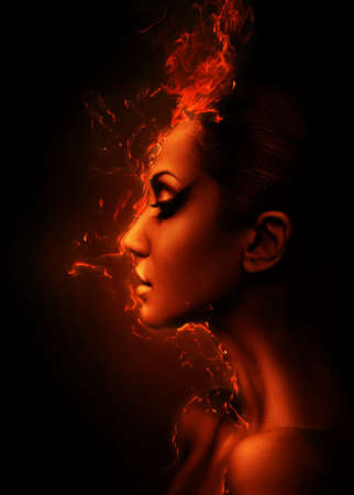 fogatas: el perfil de la cabeza de la mujer en llamas Foto de archivo