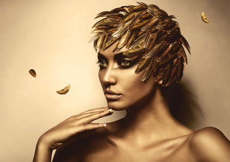 modelos negras: Mujer en oro sombrero de plumas