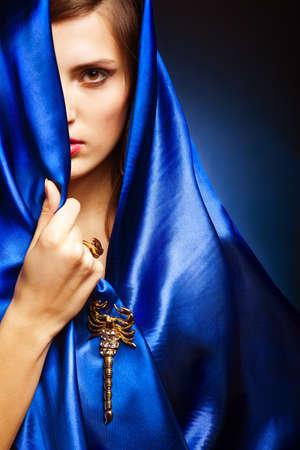 fille arabe: Portrait d'une jeune fille jeune beauté en robe bleue