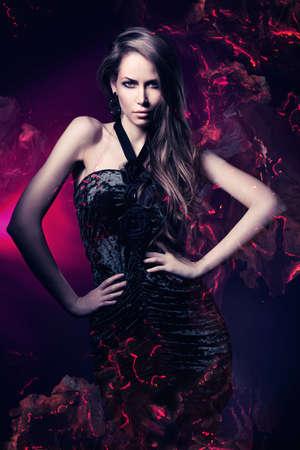 暗いマゼンタ背景の黒のドレスでセクシーな女性