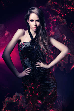 mujer sexy: mujer sexy en traje negro sobre fondo magenta oscuro Foto de archivo