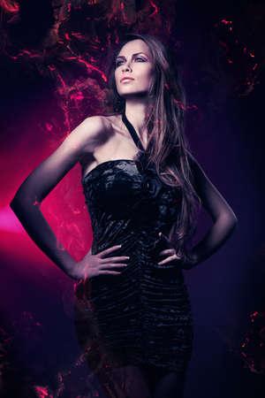 보라색 조명 검은 드레스에 섹시한 여자
