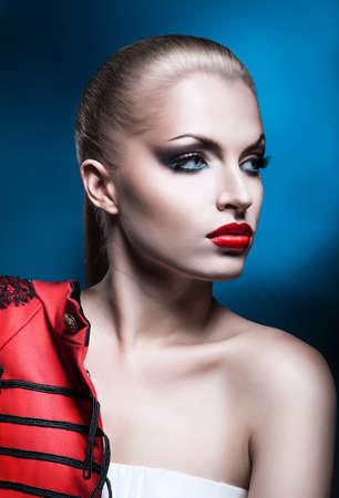 modelo desnuda: Close-up retrato de la hermosa mujer rubia con labios rojos