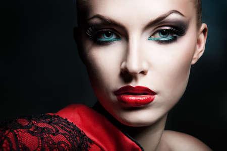 modelo desnuda: Close-up retrato de la mujer rubia con los labios rojos