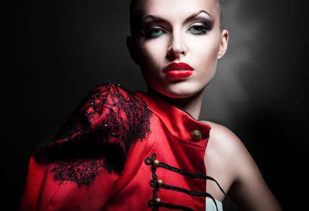 modelo desnuda: hermosa mujer sexy en chaqueta roja con labios rojos Foto de archivo