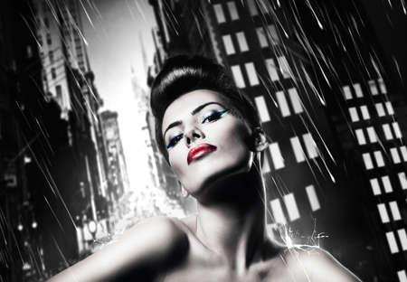 red lips: atractiva mujer morena con labios rojos en ciudad lluviosa Foto de archivo