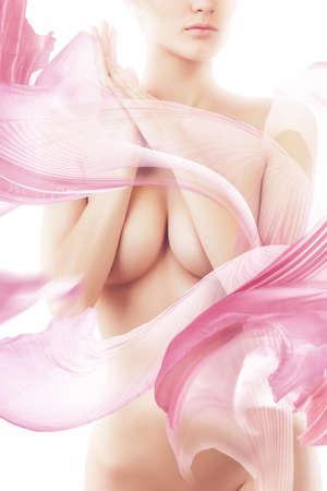 corps femme nue: femme nue � voler textile rose sur fond blanc