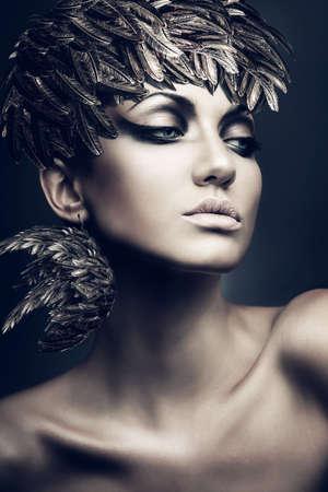 portrait of brunette woman with feather hat Banque d'images