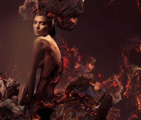 mujer desnuda: mujer desnuda atractiva sexy en cenizas ardientes Foto de archivo
