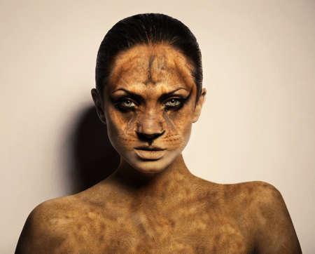 body paint: Retrato de mujer sexy león Foto de archivo