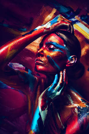 painting  abstract: chica sensual con coloridos bodyart