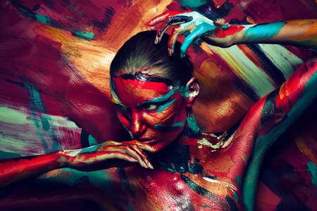 jong meisje in kleurrijke verf Stockfoto