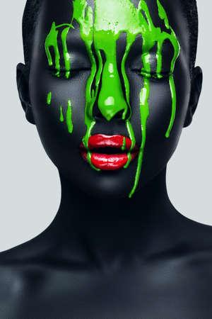 여자 얼굴에 흐르는 녹색 페인트와 함께