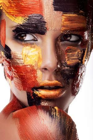 다채로운 페인트에 여자의 초상화를 닫습니다 스톡 콘텐츠