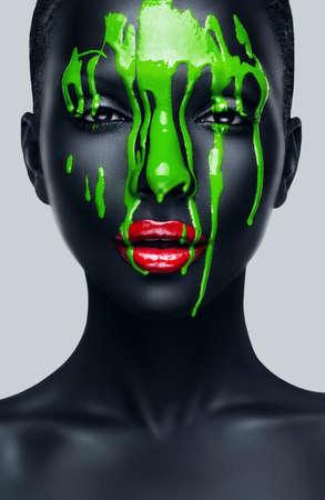 빨간 입술과 검은 피부를 가진 여성 스톡 콘텐츠