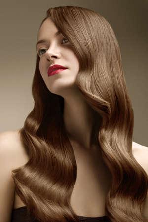 cabello rojo: Mujer con el pelo perfecto sobre fondo azul