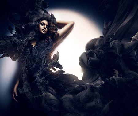 models posing: mujer atractiva en el humo negro