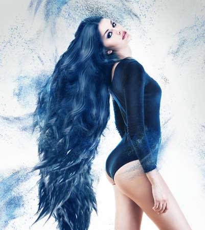파란색 긴 머리를 가진 아름 다운 관능적 인 여자