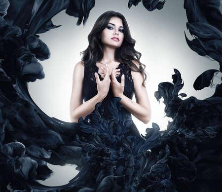 donne eleganti: bella donna sexy in abito vernice nera Archivio Fotografico