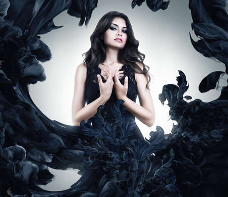 black hair: hermosa mujer sexy en traje de pintura negro Foto de archivo