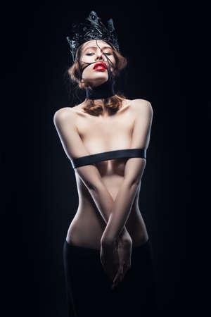 femme nu sexy: femme sexy nue en couronne noire
