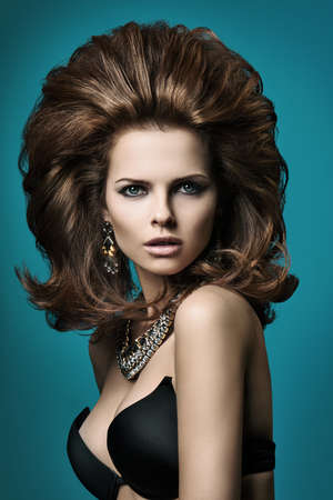 lussureggiante: Donna elegante con i capelli rigogliosa su sfondo blu