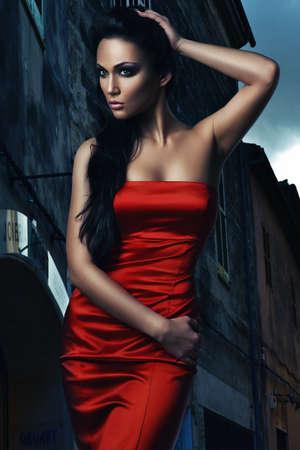 vestido de noche: mujer caliente en el vestido rojo en la ciudad la noche