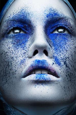 창조적 인 파란색 메이크업 여자