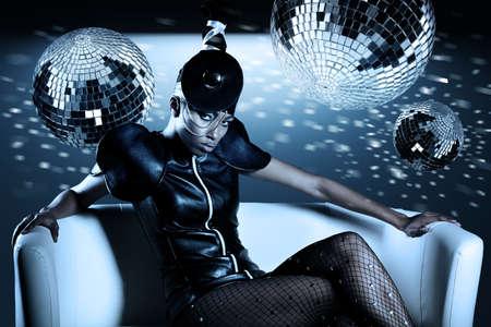 디스코 공을 가진 매력적인 아프리카 여자 스톡 콘텐츠