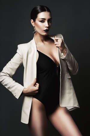 modelos negras: mujer con los labios negros de la chaqueta