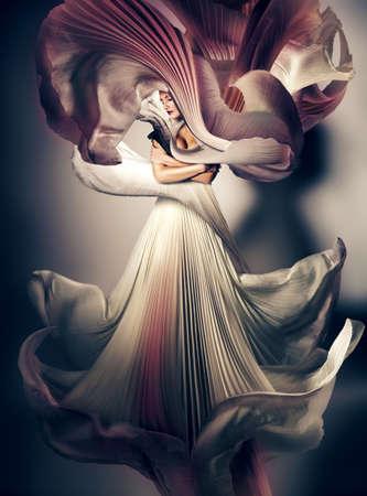 신비한 어두운 여자 비행 흰 드레스
