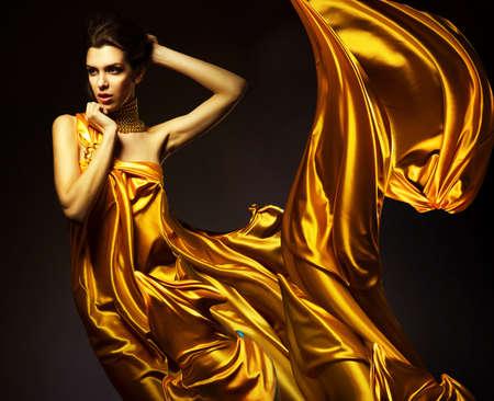 노란색 패브릭에 매력적인 여자
