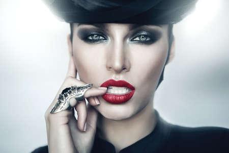 labios rojos: Estricta mujer sexy con labios rojos Foto de archivo